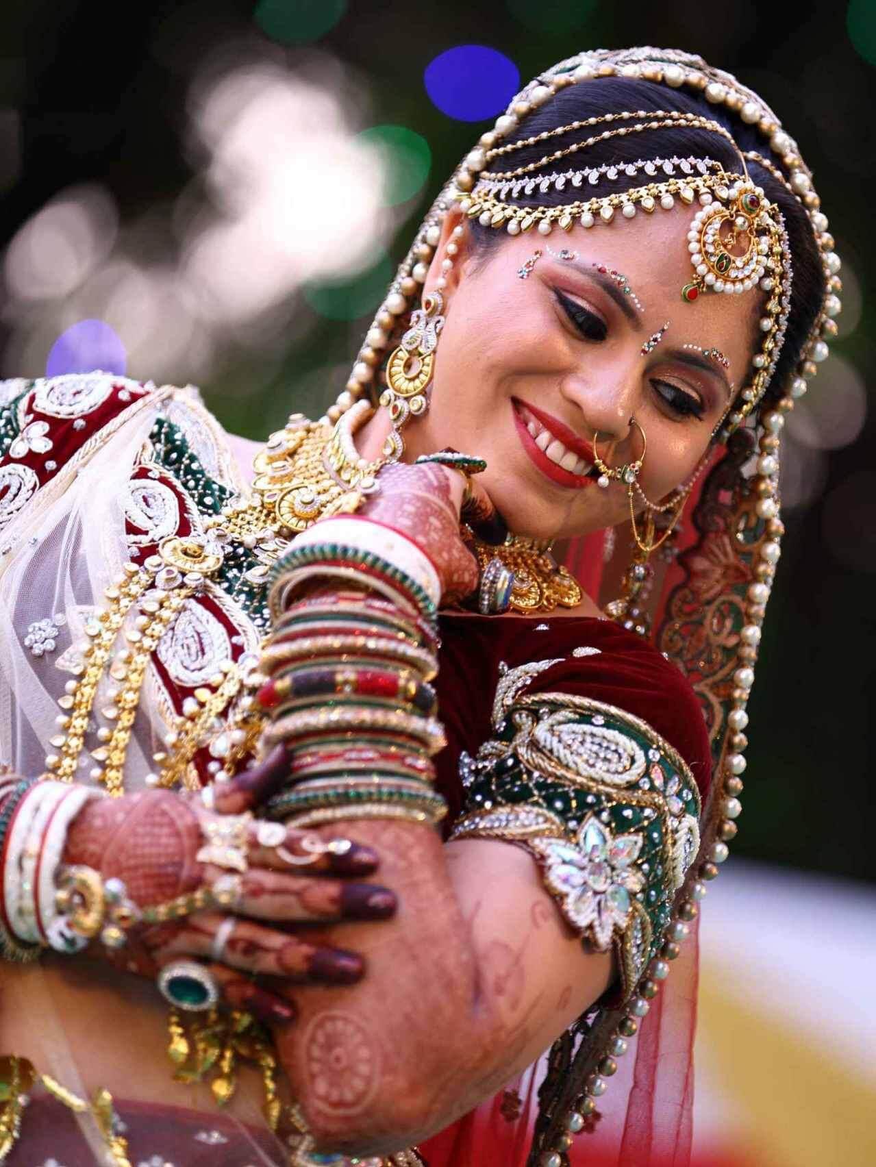 אישה עם תכשיטים בהודו