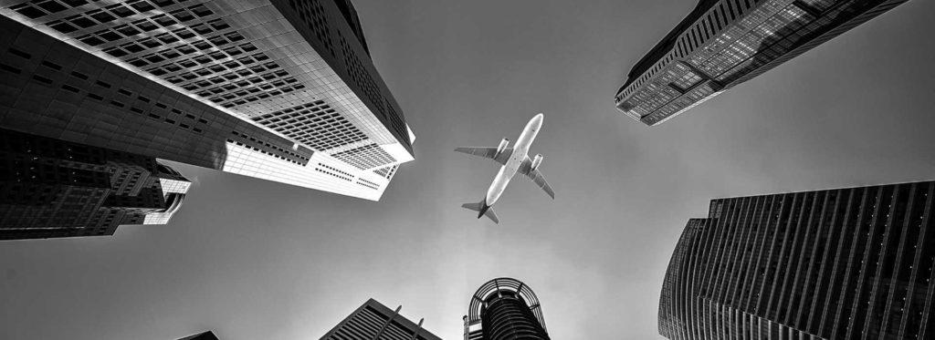מטוס בשמי עיר