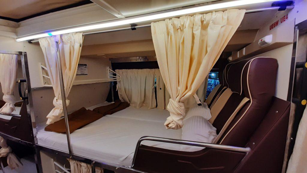 אוטובוס סליפר בהודו - מיטה זוגית.