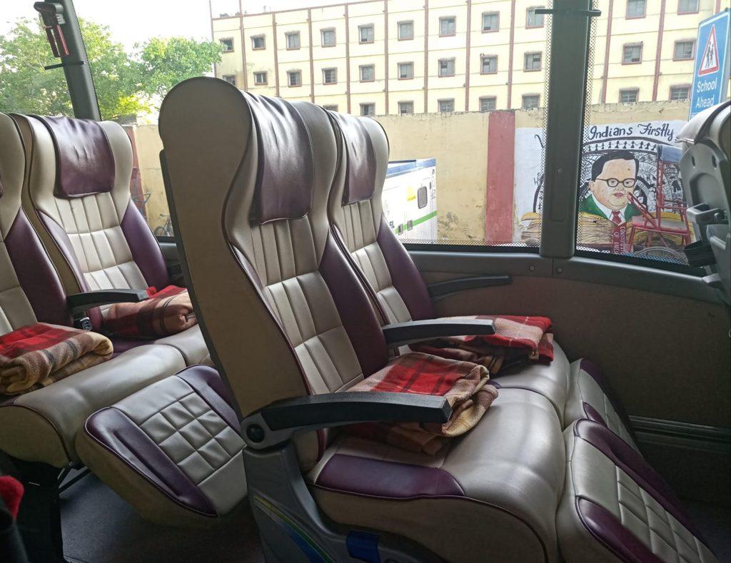 אוטובוס סמי-סליפר בהודו מבפנים.