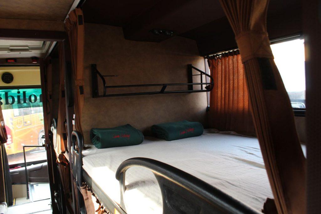 אוטובוס סליפר בהודו מבפנים - מיטה זוגית.