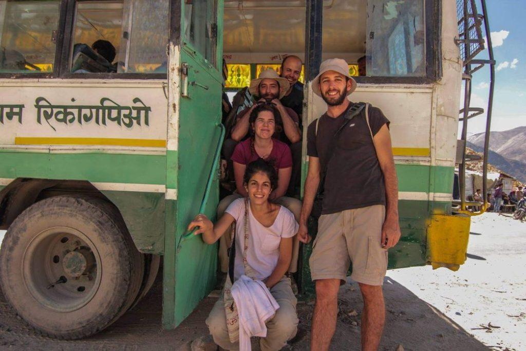 אוטובוס לוקאל בעמק ספיטי, הודו.