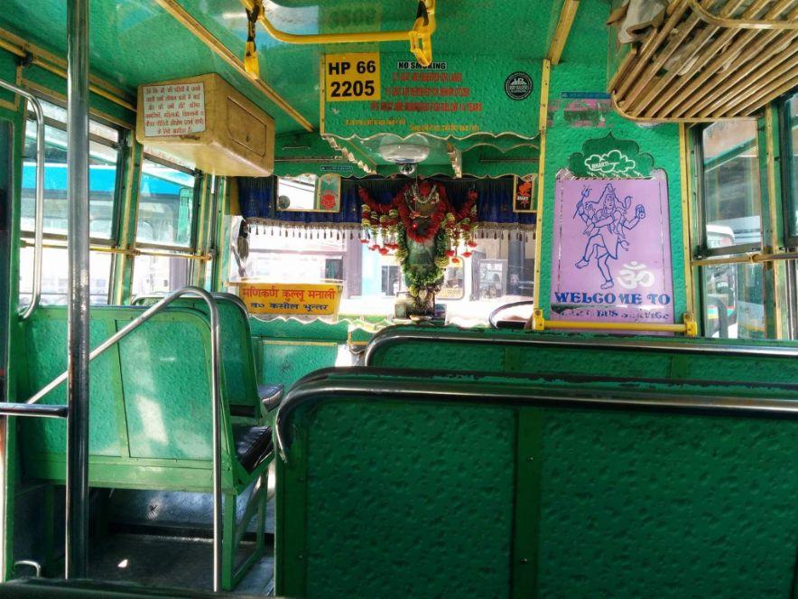 אוטובוס לוקאל בעמק קינור, הודו.